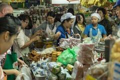 Många personer köper i marknaden Royaltyfri Fotografi