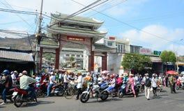 Många personer och medel på gatan i Chau Doc, Vietnam Royaltyfri Fotografi