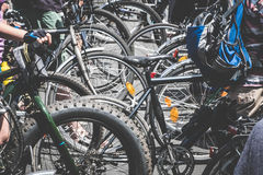 Många personer på begrepp för trafik för cykelstadscykel - arkivfoton