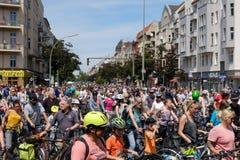 Många personer på cyklar på en cykeldemonstration Sternfahrt Royaltyfria Bilder