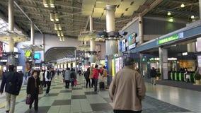 Många personer på den Shinjuku drevstationen i Tokyo, Japan lager videofilmer