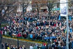 Många personer på gatan med flags5 royaltyfri foto