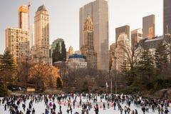 Många personer som åker skridskor på isisbanan i Central Park, New York Royaltyfri Bild