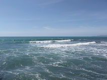 Många personer som surfar på surfingbrädor i havet nära forte- deimarmi, Italien fotografering för bildbyråer