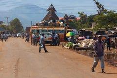 Många personer utanför, folk i Kenya royaltyfria foton