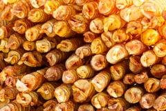 Många pinnar med runda stekte potatoechiper arkivfoton