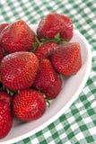 många plate jordgubbar Royaltyfria Bilder