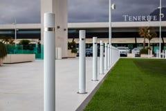 Många pollare i parkering för shoppingmitt på Tenerife royaltyfri fotografi