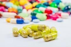Många preventivpillerar och minnestavlor Arkivfoto