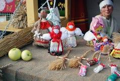 Många räcka-gjorda dockor på bordlägga. Royaltyfri Bild