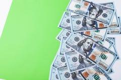 Många räkningar av 100 dollar, oss sedel, grön bakgrund med kontant valutanärbild för pengar, framsidan för president` s Royaltyfri Foto