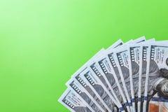 Många räkningar av 100 dollar, oss sedel, grön bakgrund med kontant valutanärbild för pengar, framsidan för president` s Royaltyfria Bilder