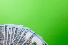Många räkningar av 100 dollar, oss sedel, grön bakgrund med kontant valutanärbild för pengar, framsidan för president` s Royaltyfria Foton