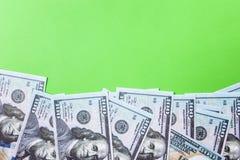 Många räkningar av 100 dollar, oss sedel, grön bakgrund med kontant valutanärbild för pengar, framsidan för president` s Arkivfoto