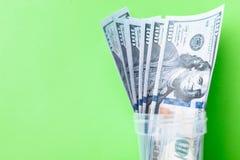 Många räkningar av 100 dollar, oss sedel, grön bakgrund med kontant valutanärbild för pengar, framsidan för president` s Fotografering för Bildbyråer