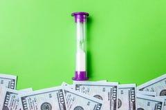 Många räkningar av 100 dollar, oss sedel, grön bakgrund med kontant valutanärbild för pengar, värda pengar för begreppstid, klock Fotografering för Bildbyråer
