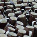 Många rånar brunt kaffe i en till salu fodra Royaltyfri Foto