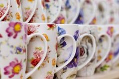Många rånar vitkaffe eller tea i en till salu fodra Arkivbild