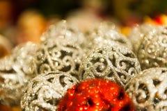 Många röd och vit jul klumpa ihop sig i färgrik Christmass för bergkristaller bakgrund Royaltyfri Bild