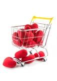 Många röda hjärtor i shoppingvagn och nedgång på däcka Royaltyfri Bild