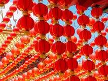 Många röda kinesiska lyktor på en kinesisk tempel Arkivfoto
