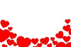 Många röda pappers- hjärtor i form av en båge Rundad dekorativ ram på vit bakgrund med kopieringsutrymme Symbol av förälskelse arkivfoto