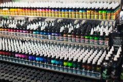 Många rör av olik yrkesmässig tatueringmålarfärg Arkivfoto