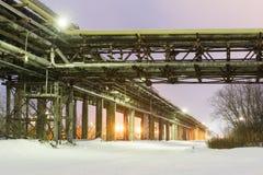 Många rör och fabriksskorsten med det industriella tornet Royaltyfri Bild