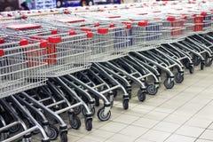 Många rader av vagnar på livsmedelsbutiken royaltyfria foton