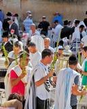 Många religiösa judar i traditionella ämbetsdräkter Fotografering för Bildbyråer
