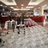 Många rena exponeringsglas och champagneslut upp royaltyfri fotografi