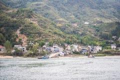 Många returnerar i dalen nära kanten för Yangtze River ` s i regnig dag Arkivfoto