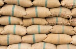 Många ricesäckar ror in Arkivbild