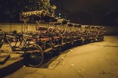 Många rickshaw på parkering i Delhi Arkivfoto