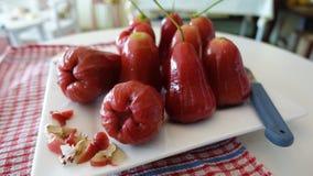 Många rosa äpplen på den vita plattan Fotografering för Bildbyråer