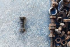 Många rostar stål på cementjordning arkivbild