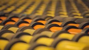 Många rullande rullar - produkter Skiftande produktion för modern tekniskt avancerad transportör arkivfilmer