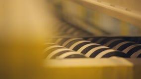 Många rullande rullar - produkter Skiftande produktion för modern tekniskt avancerad transportör stock video