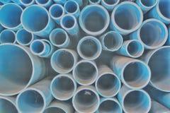 Många runda motiv göras av plast- rör, som är små och stora, varierande, och staplas fotografering för bildbyråer