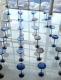Många rundar att äta tabeller i abstrakt begrepp för sikt för tom kafékorridor vertikalt Royaltyfri Foto