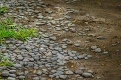 många sänker stenar som är längst ner av stranden Arkivfoton