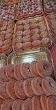 många söta donuts som är välfyllda och som inte är till salu i bakelsen, shoppar Royaltyfria Foton