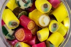 Många söta färgrika godisar i öppnad glass kruscloseup Fotografering för Bildbyråer