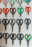 Många scissors den olika för antikviteten, lantliga, autentiska, stora och små saxen för tappning, samling av variation på riden  Arkivfoton