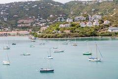 Många segelbåtar i fjärd nära tropiska semesterorter Arkivbild