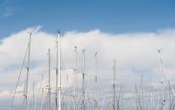 Många segelbåtmast på blå himmel Royaltyfri Bild