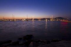 Många segla fartyg på havet på natten Royaltyfri Bild