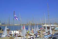 Många seglingen seglar på kajen, den Burgas marina Arkivbilder