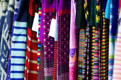 Många silke som fodras i färgrikt Varje av dem har ett härligt och in royaltyfria bilder