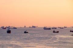 Många skepp på havet på solnedgången Royaltyfri Foto